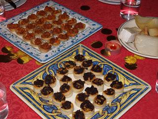 Saquitos de Morcilla con Manzana y Piñones